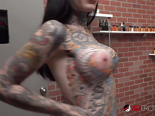 Babes Tiger Lilly gets a forehead tattoo while nude